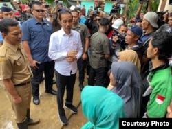 Presiden Jokowi meninjau lokasi bencana di Kantor Desa Harkat Jaya, Kecamatan Sukajaya, Bogor. (Foto: Setpres)