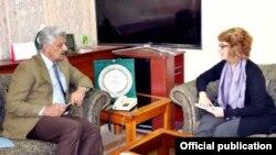 دپاکستان دریاستي چارو وزیر عبدالقادر بلوچ دامریکا مرستیالې وزیرې سره د افغان کډوالو په بیرته تګ خبرې کوي