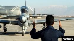 Un miembro de la fuerza aérea afgana realiza labores de control de vuelo en el Aeropuerto Hamid Karzai de Kabul, en enero de 2016.