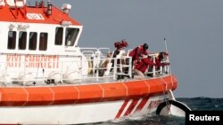 Rescuers retrieve a boat that sank off the Black Sea village of Garipce near Istanbul November 3, 2014. Rescuers pulled 24 dead bodies from the sea at the mouth of Istanbul's Bosphorus strait on Monday and rescued seven people after the boat carrying a gr