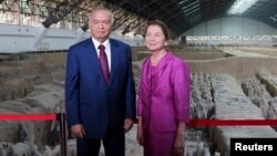 Prezident Islom Karimov rafiqasi Tatyana Akbarovna bilan, Xitoy muzeylaridan birida, 20-avgust, 2014