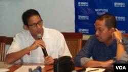 Tim sukses Prabowo-Hatta Sandiaga Uno (kiri) dan Direktur Eksekutif Lembaga Survei Indo Barometer, M.Qodari (kanan) dalam diskusi di Jakarta, Sabtu 5 Juli 2014 (Foto: VOA/Iris Gera)