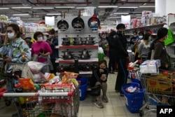 Người dân đổ xô đến siêu thị mua hàng tích trữ giữa lo ngại nguy cơ virus corona lây lan, Hà Nội, ngày 7 tháng 3, 2020.