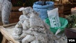 Đá odowa được đóng gói và bày bán cho những phụ nữ mang thai ở Kenya. (Ảnh: R. Ombuor/VOA).