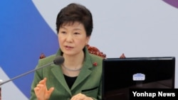 박근혜 한국 대통령이 6일 청와대-세종청사 간 국무회의에서 모두발언을 하고 있다.