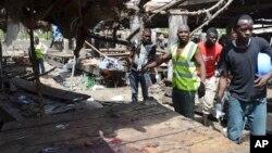 Spasilačka ekipa na mestu samoubilačkog napada terorista Boko Harama u Nigeriji, 2. jun 2015.