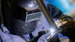Seorang tukang las bekerja di pabrik percontohan lithium di Argentina 12 Agustus 2021. Dua investor asal China akan berinvestasi dalam proyek lithium di Indonesia senilai $350 juta.(Foto: REUTERS/Agustin Marcarian)