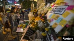Cveće ispred hrama Eravan, gdje je u eksploziji bombe poginulo 20 osoba