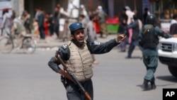 在8月7号的一起爆炸事件后,一名阿富汗警察守卫现场