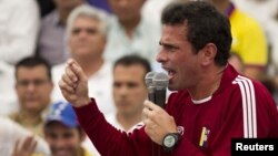 El candidato presidencial opositor Henrique Capriles habla durante un mitín en Barquisimeto, el 25 de abril de 2012.