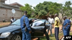 Des policiers burundais inspectent un véhicule du ministre Hafsa Mossi, un allié proche de président Pierre Nkurunziza à Bujumbura, Burundi.