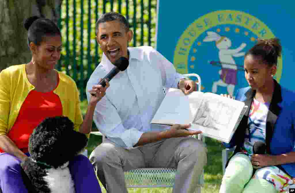 "President Barack Obama reads a book ""Where the Wild Things Are"" with first lady Michelle Obama, their daughter Sasha, and their Dog, Bo, at the White House. (Reuters)"