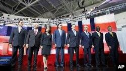 ບັນດາຜູ້ສະມັກເລືອກຕັ້ງປະທານາທິບໍດີ ຈາກພັກຣີພັບບລິກັນ (ຈາກຊ້າຍ ໄປຂວາ): ທ່ນ Rick Santorum, ທ່ານ Newt Gingrich, ທ່ານນາງ Michele Bachmann, ທ່ານ Mitt Romney, ທ່ານ Rick Perry, ທ່ານ Ron Paul, ທ່ານ Herman Cain, ແລະ ທ່ານ Jon Huntsman, ພາກັນຢືນສະເໜີໂຕຢູ່ກາງເວທີ ກ່ອ