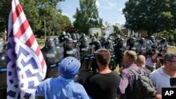 白人民族主义者在罗伯特·李将军雕像前对维吉尼亚州警对峙,之前警察也发射了催泪弹驱散人群。(2017年8月12日)
