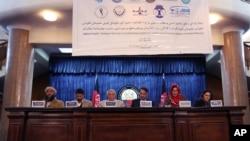 Các thành viên trong nhóm Đối thoại nhân dân Afghanistan về Sáng kiến Hòa bình tại một cuộc họp báo ở Kabul, ngày 9/1/2016.