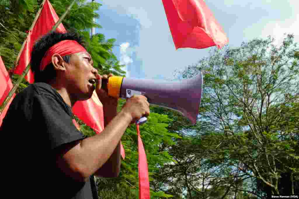 A student leader at front of Yangon University appealing unsuccessfully for authorities to open the main gate.