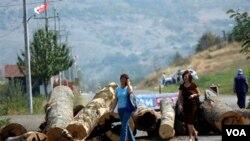 Warga etnis Serbia memasang barikade di jalan-jalan di Kosovo utara yang didominasi warga etnis Serbia (17/10).