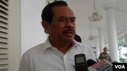 Jaksa Agung HM Prasetyo memberikan penjelasan kepada wartawan usai bertemu Presiden Jokowi di Istana Negara, Rabu 4/3 (foto: VOA/Iris).