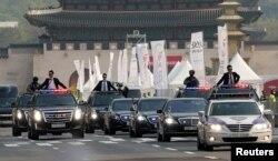 Đoàn xe chở Tổng thống Hàn Quốc Moon Jae-in rời Dinh Ngói Xanh (phủ tổng thống) đi đến hội nghị thượng đỉnh liên Triều, Seoul, Hàn Quốc, ngày 27 tháng 4, 2018.