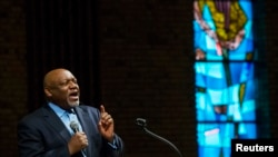 Mục sư Tommie Pierson thuyết giảng trong buổi lễ vào ngày Lễ Tạ Ơn, tại nhà thờ St. Mark ở Ferguson, bang Missouri