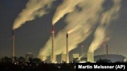 ໃນພາບນີ້ ຖ່າຍໃນວັນທີ 24 ພຶດສະພາ 2014, ຄວັນທີ່ອອກມາຈາກທໍ່ເຕົາໄຟຂອງບໍລິສັດ E.ON ທີ່ເປັນໂຮງງານເຜົາຖ່ານຫີນເພື່ອພະລັງງານ ຢູ່ໃນເມືອງແກວເສັນເຄີເຈນ (Gelsenkirchen) ຂອງເຢຍຣະມັນ. (photo: AP/Martin Meissner)