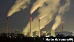 Asap mengepul dari cerobong pembangkit listrik tenaga batu bara E.ON di Gelsenkirchen, Jerman. AS dan Uni Eropa melakukan sebuah usaha diplomatik agar banyak negara berkomitmen untuk mengurangi emisi gas metana. (Foto: AP/Martin Meissner)