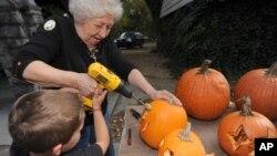 Бетти Диллоу и ее внук Джадж готовят тыквы к празднику Хэллоуин. Город Бристол в штате Вирджиния. 22 октября 2013 г.