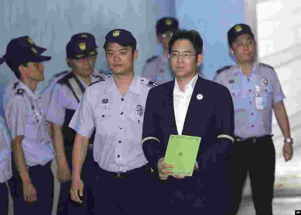 លោក Lee Jae-yong (រូបទី២រាប់ពីស្តាំ) ដែលជាអនុប្រធានក្រុមប្រឹក្សាភិបាលរបស់ក្រុមហ៊ុនSamsung Electronics Co. អញ្ជើញទៅដល់សវនាការរបស់លោកនៅក្នុងតុលាការ Seoul Central District Court ក្នុងក្រុងសេអ៊ូល ប្រទេសកូរ៉េខាងត្បូង។ រដ្ឋអាជ្ញាបានស្នើឲ្យដាក់ពន្ធនាគាររូបលោកចំនួន១២ឆ្នាំ ពីបទសូកប៉ាន់ និងបទល្មើសផ្សេងៗទៀតនៅក្នុងរឿងអាស្រូវអំពើពុករលួយថ្នាក់ជាតិ។