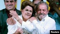 Luiz Inácio Lula da Silva, abraça Dilma Rousseff