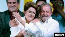 O ex-presidente do Brasil, Luiz Inácio Lula da Silva, abraça Dilma Rousseff