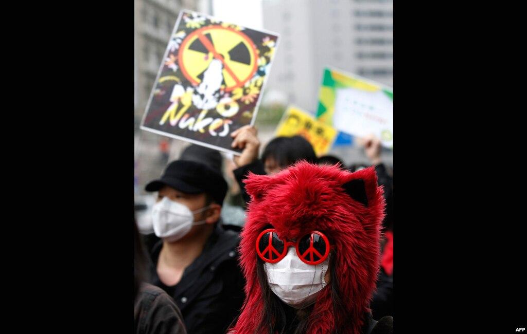 У рамках відзначення Дня Землі демонстранти у Токіо вимагали закриття усіх атомних станцій в країні. 22.04.2012.