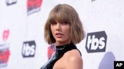 Taylor Swift tiba dalam sebuah acara di Inglewood, California, 3 April 2016 lalu (foto: dok).