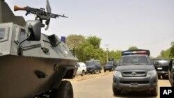 Binh sĩ chính phủ Nigeria tuần tra bên ngoài trường Đại học Bayero.
