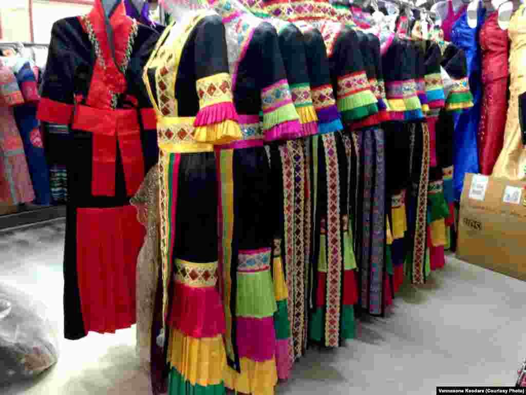 ຮ້ານຂາຍເສື້ອຜ້າ ໃນຕະຫຼາດມົ້ງ (Hmong Village)