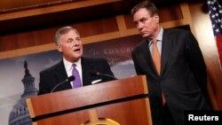 TNS Richard Burr (trái), và TNS Mark Warner (phải), thông báo tin tức cập nhật về việc Nga can thiệp vào cuộc bầu cử 2016, tại Điện Capitol ở Washington, ngày 4/10/2017.