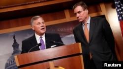 Senator Richard Burr (kanan), didampingi Senator Mark Warner (D-VA), memaparkan perkembangan terbaru mengenai penyelidikan tentang keterlibatan Rusia dalam pemilu AS 2016, di Gedung Capitol, Washington, 4 Oktober 2017.