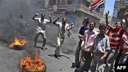 Người biểu tình chống chính phủ hô khẩu hiệu trong cuộc biểu tình ở thủ đô Yemen đòi Tổng thống Ali Abdullah Saleh từ chức