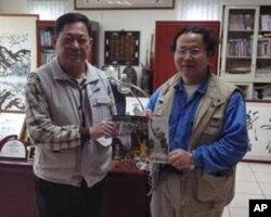 陈维明( 右 )与金门县文化局长李锡隆签定合作协议书