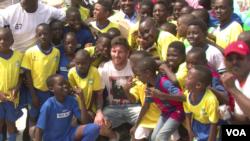 Lionel Messi entouré de ses jeunes fans gabonais (VOA/Jean-Rovys Dabany)