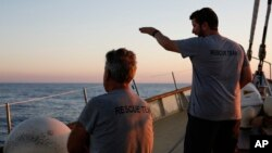 El navío, operado por el grupo humanitario español Proactiva Open Arms, dijo que rescató a los migrantes, entre ellos cinco mujeres, un niño de nueve años y tres adolescentes.