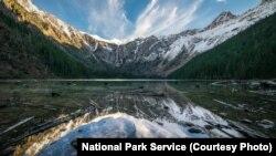 ឧទ្យាន Glacier National Park ស្ថិតនៅជាប់ព្រំប្រទល់នឹងឧទ្យាន Waterton Lakes National Park របស់ប្រទេសកាណាដា ។ ឧទ្យានទាំងពីរ ត្រូវបានគេកំណត់ថា ជាឧទ្យានសន្តិភាពអន្តរជាតិទី១ ក្នុងពិភពលោក នៅឆ្នាំ ១៩៣២។