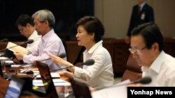 박근혜 한국 대통령이 10일 오전 청와대에서 열린 수석비서관회의를 주재하고 있다.