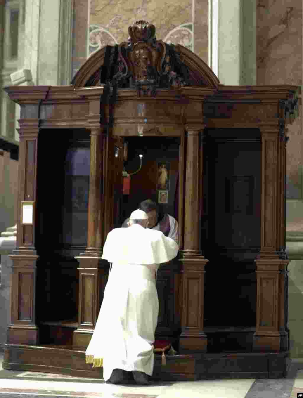 پاپ فرانسیس برای شنیدن اعتراف یک کشیش وارد اتاقک مخصوص می شود.
