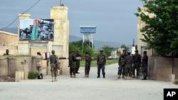 Avganistanski vojnici ispred baze