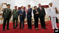 马来西亚外交部长阿尼法(左三)、印度尼西亚总统佐科威(中),印尼外长马苏迪(右三)、菲律宾外长外交部长何塞·勒内·阿尔门德拉斯(右二)2016年5月5日在海上安全问题三边会议合影