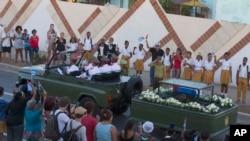 Automobilska procesija nosi posmrtne ostatke Fidela Kastra na poslednjem putovanju ka groblju u Santjagu, 4. decembar, 2016.