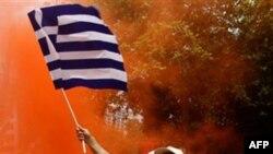 Một người đàn ông vẫy cờ Hy Lạp trong cuộc biểu tình tại trung tâm Athens, ngày 2/6/2011