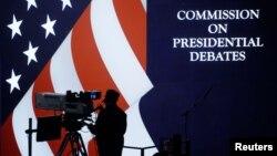26일 힐러리 클린턴 민주당 대통령 후보와 도널드 트럼프 공화당 후보의 첫 TV토론이 진행될 미국 뉴욕 호프스트라 대학교에서 전날 중계진이 리허설을 진행하고 있다.