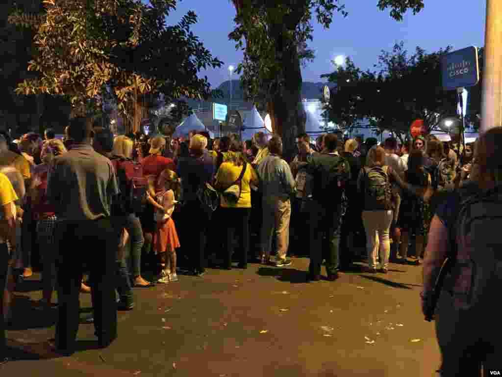 صف های طولانی از افرادی که برای تماشای مراسم افتتاحیه المپیک ریو آمده بودند بیرون استادیوم ماراکانا تشکیل شده بود.