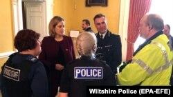 Міністр внутрішніх справ Великої Британії Амбер Радд обговорює рослідування в Солсбері з представниками місцевої поліції 9 березня 2018